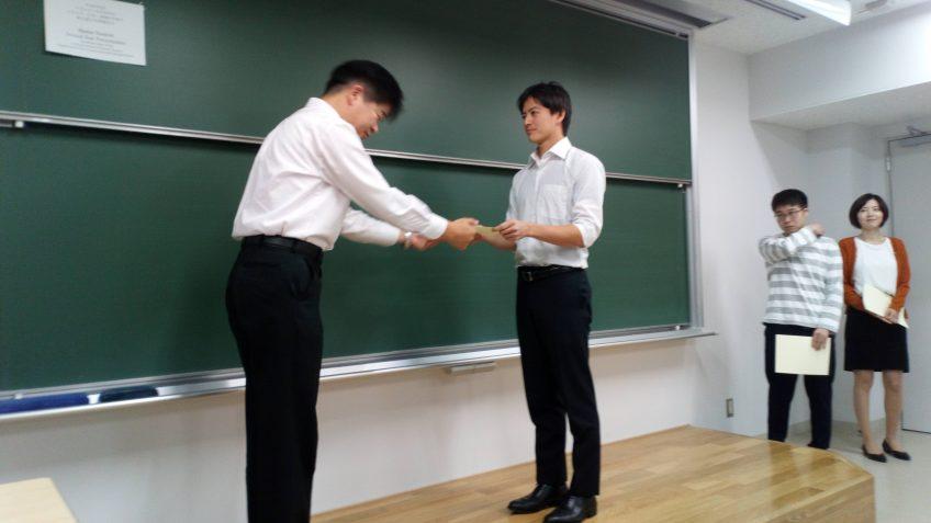 修士2回生による2018年度中間報告会で濱田 海里君が優秀プレゼンテーション賞を受賞